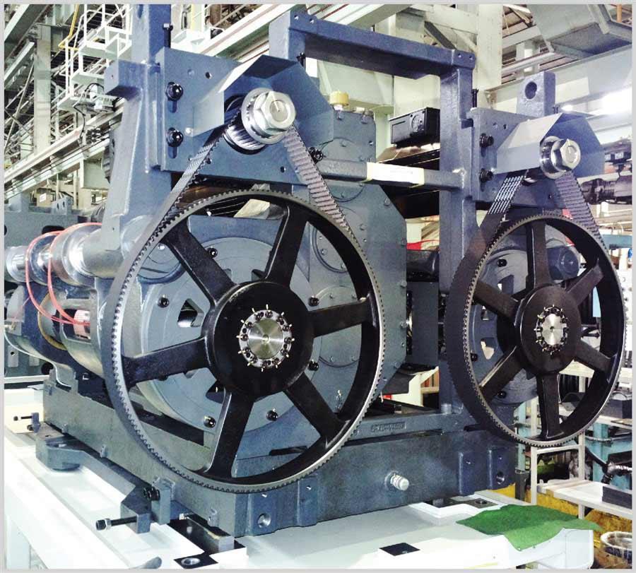 Azionamento dell'iniezione con due guide a ricircolo di sfere e due servomotori brushless sincronizzati. Costruzione compatta e contenimento della potenza di azionamento per una maggiore efficienza energetica.