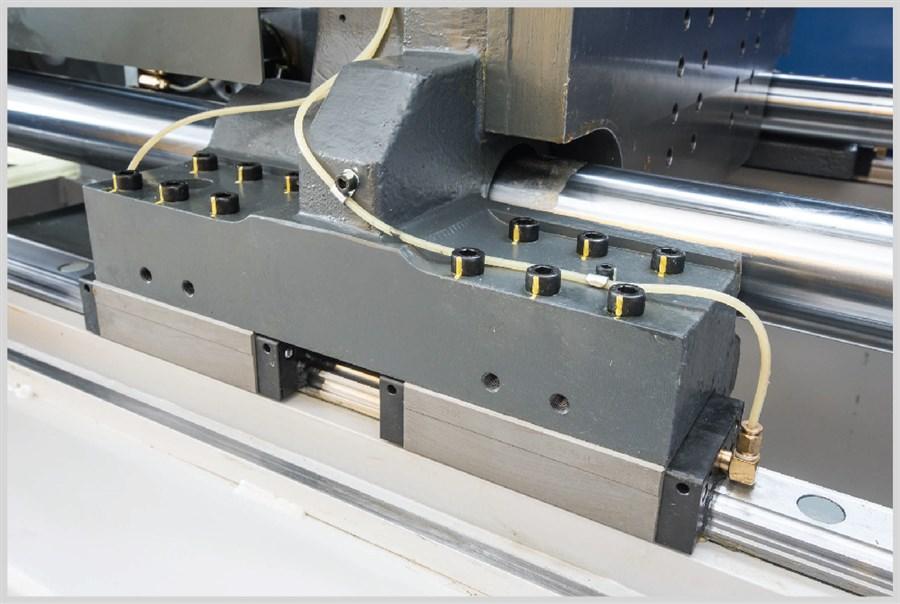Piano mobile supportato da guide prismatiche di alta precisione. Colonne senza lubrificazione.