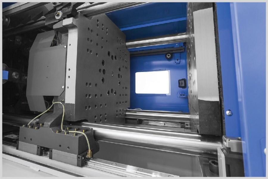 """Innovativo design dei piani con sistema """"Flat Press Platen"""" che garantisce una distribuzione uniforme della forza di chiusura sullo stampo. Migliora l'accuratezza dimensionale del prodotto e diminuisce la necessità di manutenzione e aggiustaggio dello stampo. - Design delle forature a norme Euromap"""